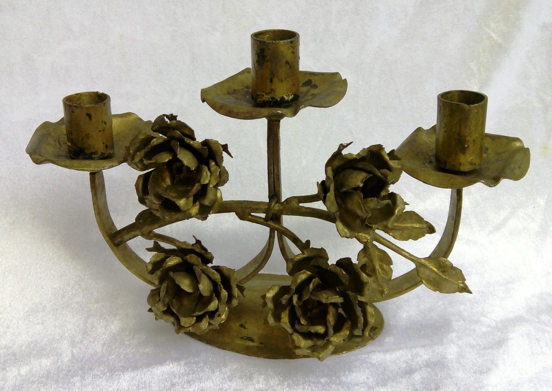 Der sehr alte Kerzenständer ist Handgefertigt und in seine Einzelteile zerlegbar. Auch die Rosen lassen sich in einzelne Blätter zerlegen. Die Teile sind alle miteinander verschraubt. Breite 27 cm